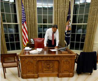 Barack_Obama_at_Resolute_Desk_2009-wikimedia320x265