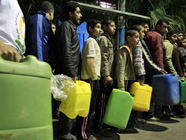Gazans in line for Gas 186x140.jpg